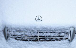 autoturism mercedes acoperit de zapada
